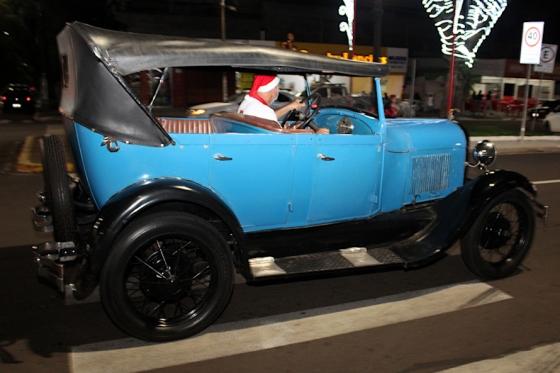 Desfile de carros antigos com papais noéis encanta noite de sexta