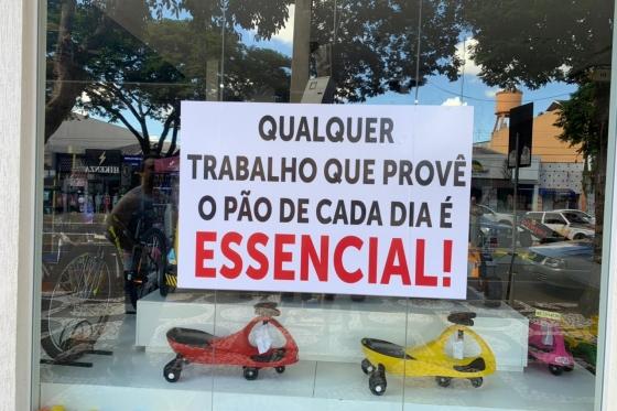 Empresários protestam contra fechamento do comércio com adesivaço